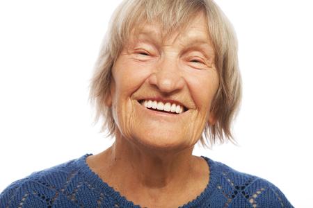 Close-up portret gelukkige oude vrouw, geïsoleerd op wit Stockfoto