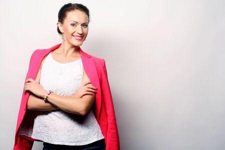 dientes sanos: joven empresaria en rosa. tiro del estudio.
