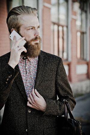 hombre con barba: Hombre barbudo joven con,, el horario de verano al aire libre m�vil
