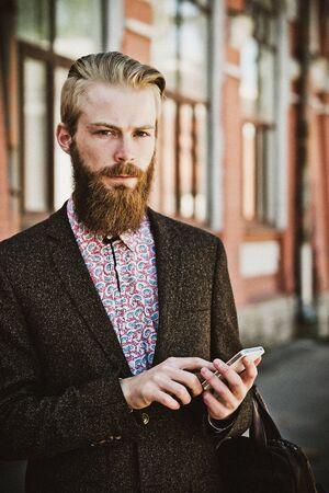 hombre barba: Hombre barbudo joven con,, el horario de verano al aire libre m�vil