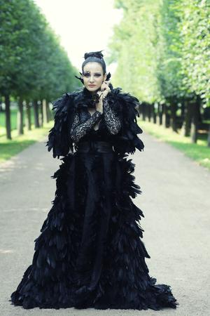 bruja sexy: Reina de la Oscuridad en el parque. Fantasía vestido negro.
