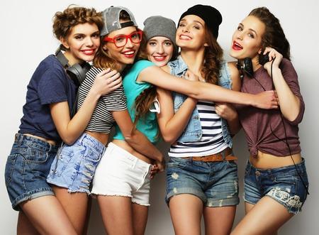 groep van vijf meisjes vrienden, Gelukkige tijd voor de lol.