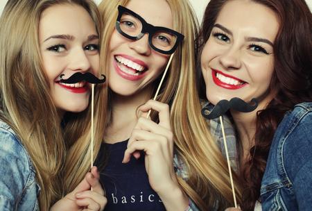 Vrolijke tijd. Stijlvolle sexy hipster meisjes beste vrienden klaar voor partij. Stockfoto