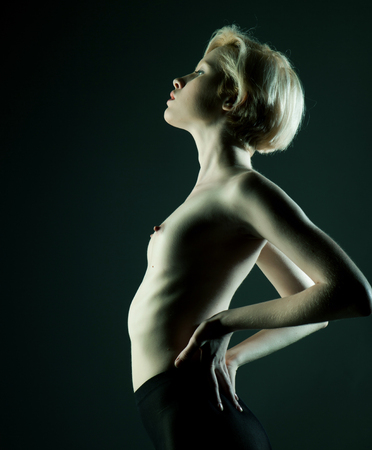 modelo desnuda: Elegante mujer desnuda con el pelo corto y rubio. Retrato del estudio. Foto de archivo