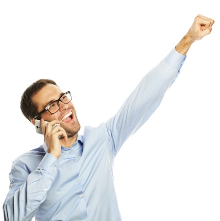 concepto de estilo de vida, negocios y personas: exitoso hombre de negocios gesticular con teléfono móvil, aislado sobre fondo blanco.