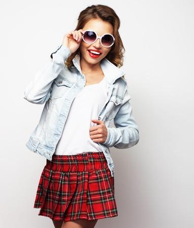 zapatos escolares: chica estudiante preciosa que llevaba falda corta. En el fondo blanco. Foto de archivo