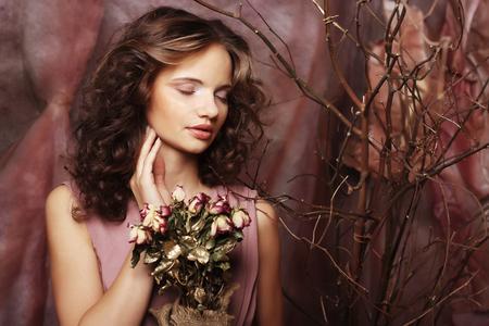 mujer con rosas: hermosa chica con rosas secas en decoración Foto de archivo