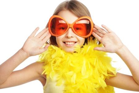 Petite fille heureuse avec des lunettes de carnaval fun orange Banque d'images - 55428215