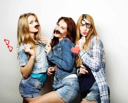 Tiempo feliz. Estilo sexy girls inconformista mejores amigos listos para la fiesta.