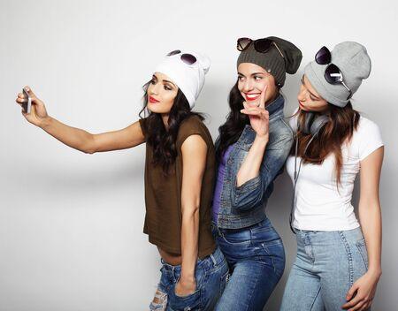 la amistad, las personas y la tecnología concepto - tres niñas adolescentes felices con la toma de teléfono inteligente autofoto