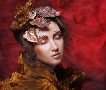 Fronte della bella donna con brillante trucco creativo.
