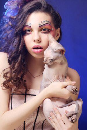 maquillaje fantasia: joven princesa con el gato esfinge. creativa maquillaje de fantasía.