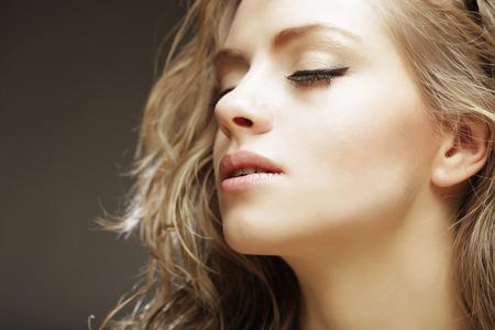 Retrato de la mujer rubia hermosa