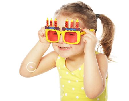 Petite fille heureuse avec des lunettes amoureuses amoureuses en carnaval Banque d'images - 59234508