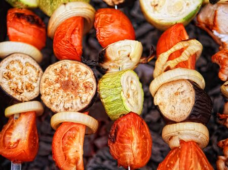 carnes y verduras: A variety of skewered meats and vegetables cooking on the grill  Foto de archivo