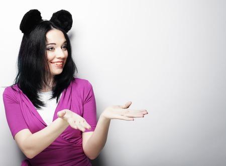 Surpris jeune femme drôle avec des oreilles de souris, tourné en studio Banque d'images - 64910805