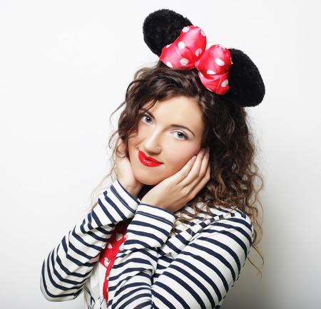Jeune femme avec des oreilles de souris sur fond blanc Banque d'images - 74942542