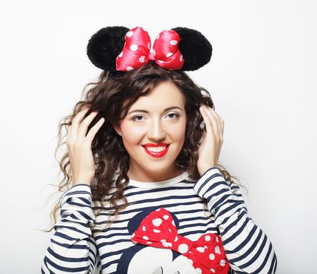 Jeune femme avec des oreilles de souris sur fond blanc Banque d'images - 76861549