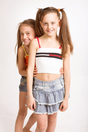 Twee kleine blonde meisjes