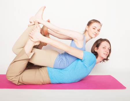 lifestyle, sport  and people concept: Young couple in yoga pose Imagens