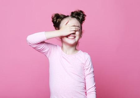 concept d'émotion, d'enfance et de personnes : jolie fille souriante aux yeux fermés