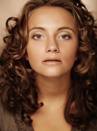 곱슬 머리를 가진 젊은 여자