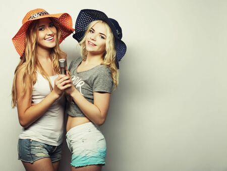two beauty girls with a microphone Imagens