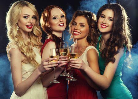 Lifestyle-, Freundschafts-, Party- und People-Konzept - Glamour-Frauen in luxuriösen Glitzer-Pailletten kleiden Champagner und haben Spaß Standard-Bild