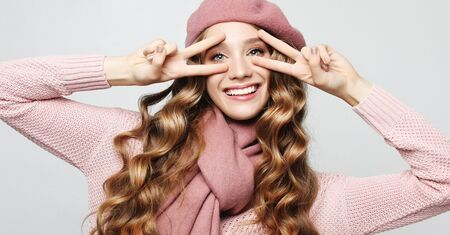 lifestyle, beauty and people concept: Beauty girl with curly perfect hairstyle wearing pink beret 스톡 콘텐츠