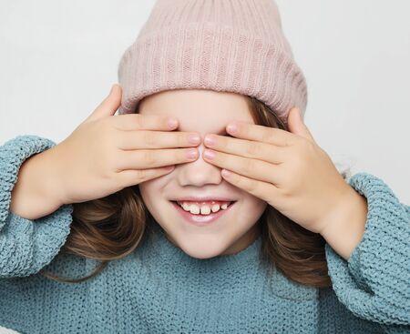 levensstijl, geluk en mensenconcept: klein meisje met gesloten ogen Stockfoto
