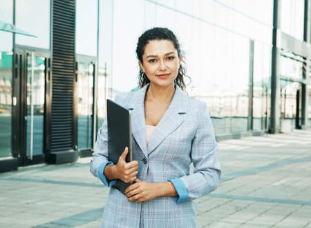 Young African American business woman using laptop near modern business centre 免版税图像