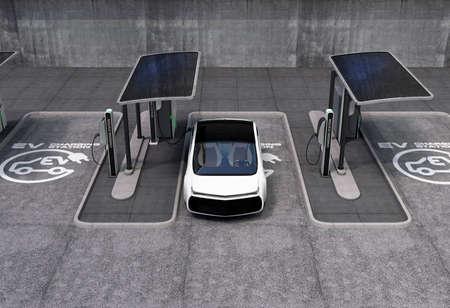 estación de carga de vehículos eléctricos en el espacio público. El soporte de punto de carga por paneles solares, baterías de almacenamiento. Foto de archivo