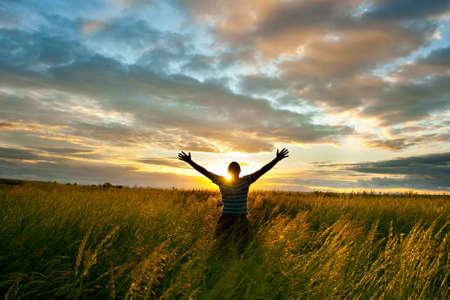 dimanche beind l'homme, coucher de soleil nuageux Banque d'images