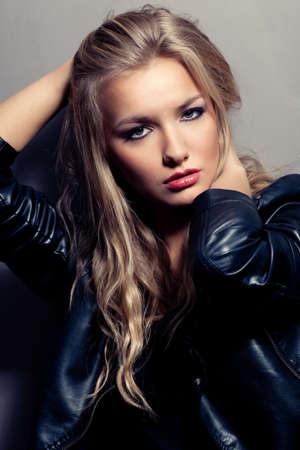 chaqueta de cuero: Closeup retrato de una mujer rubia hermosa, estilo rock