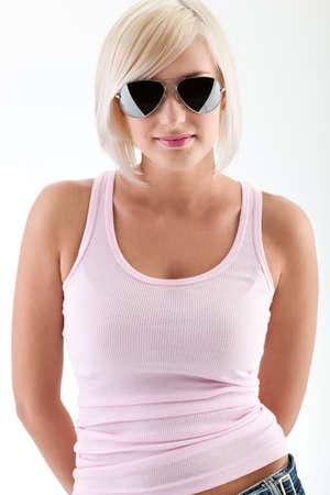 cisterne: Ritratto di moda donna bionda indossando occhiali da sole e canotta rosa