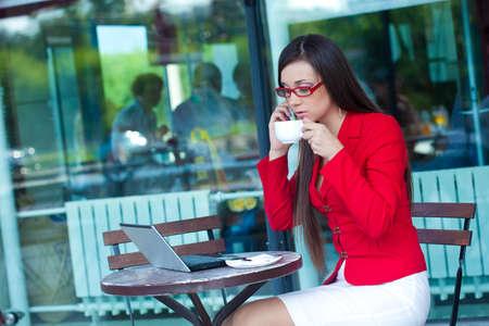 cafe internet: hermosa morena de negocios en el exterior café