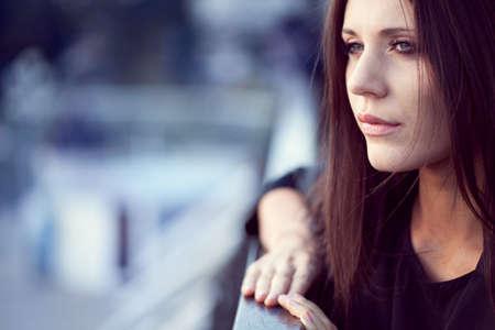 messze: vértes nő portré szabadban, sekély mélységélesség Stock fotó