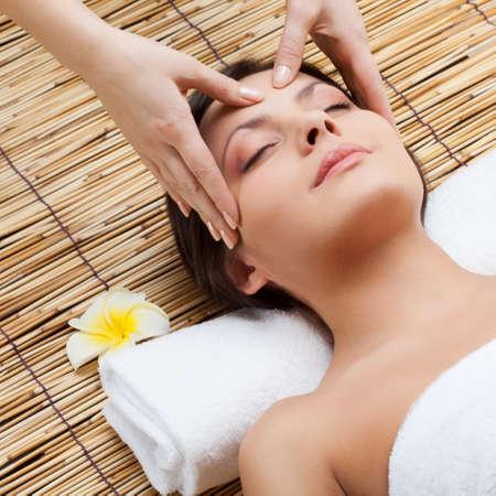 peluqueria y spa: el masaje de la cara de la mujer en el spa sal�n Foto de archivo