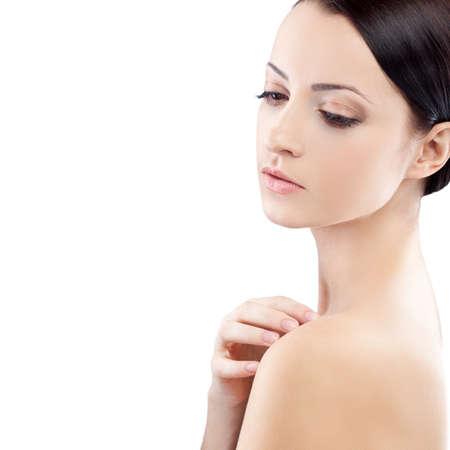 schöne Brünette Frau Porträt mit der Hand auf nackte Schulter, halbe Drehung Blick Lizenzfreie Bilder