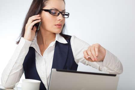 brunette Geschäftsfrau Blick auf ihre Armbanduhr