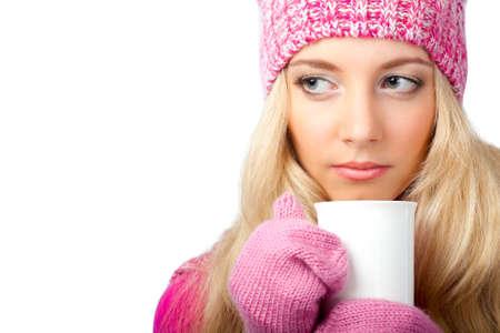 schöne blonde Frau mit weißen Tasse trinken