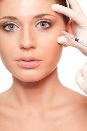 closeup schöne Frau Gesicht, Spritzeninjektion Beauty-Konzept