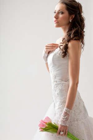 schöne Braut Studio-Porträt mit Hintergrundbeleuchtung, wandte sie sich seitwärts Standard-Bild