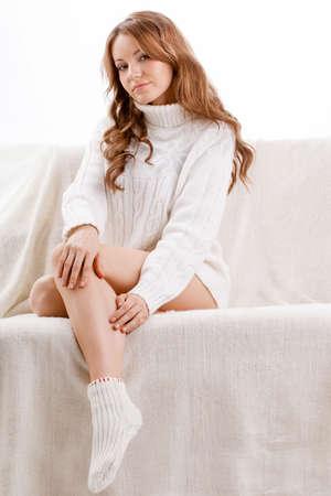 sueter: hermosa mujer sexy vistiendo su�ter sentado en el sof�