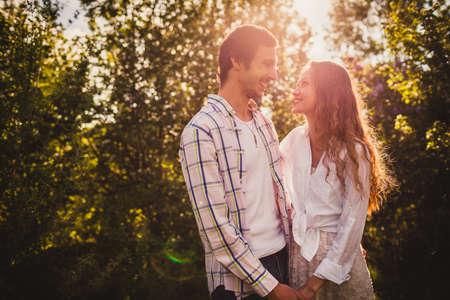 schöne glückliche Paar suchen einander an Sommerpark Lizenzfreie Bilder