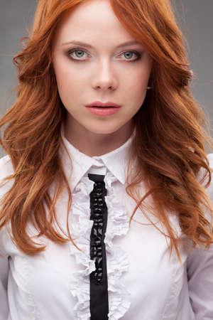 Redhead Business-Frau Nahaufnahme Gesicht Porträt über grauem Hintergrund Lizenzfreie Bilder