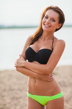 badpak: mooie sexy brunette glimlachende vrouw dragen van bikini close-up buitenshuis portret Stockfoto