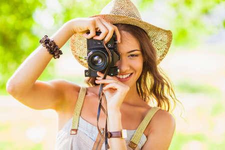Nahaufnahme glücklich junge Mädchen schießen mit Vintage-Kamera im Park Lizenzfreie Bilder