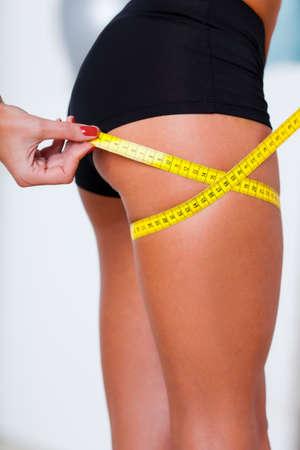 cintas metricas: Mujer que mide sus caderas, foto del primer sin rostro