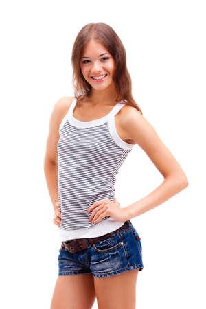 caucasico: chica de pie en el fondo blanco, con pantalones cortos